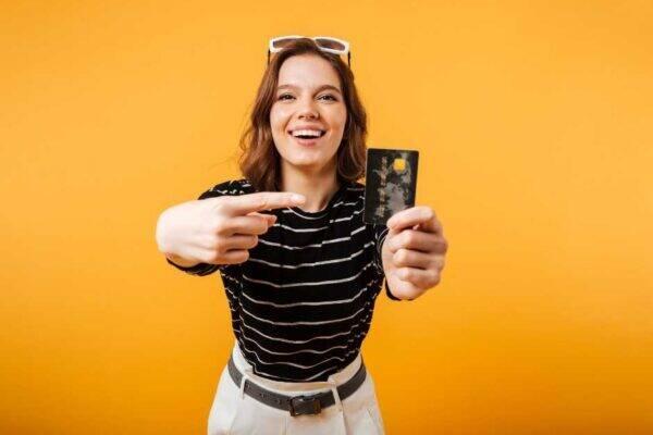 Imagem representa mulher apontando para número do cartão de crédito
