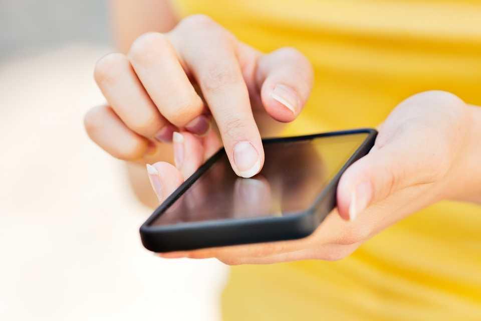 Imagem representa uma pessoa pesquisando onde criar cartão de crédito virtual