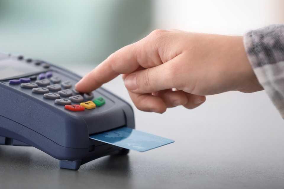 A bandeira de cartão faz a gestão das informações na hora da compra