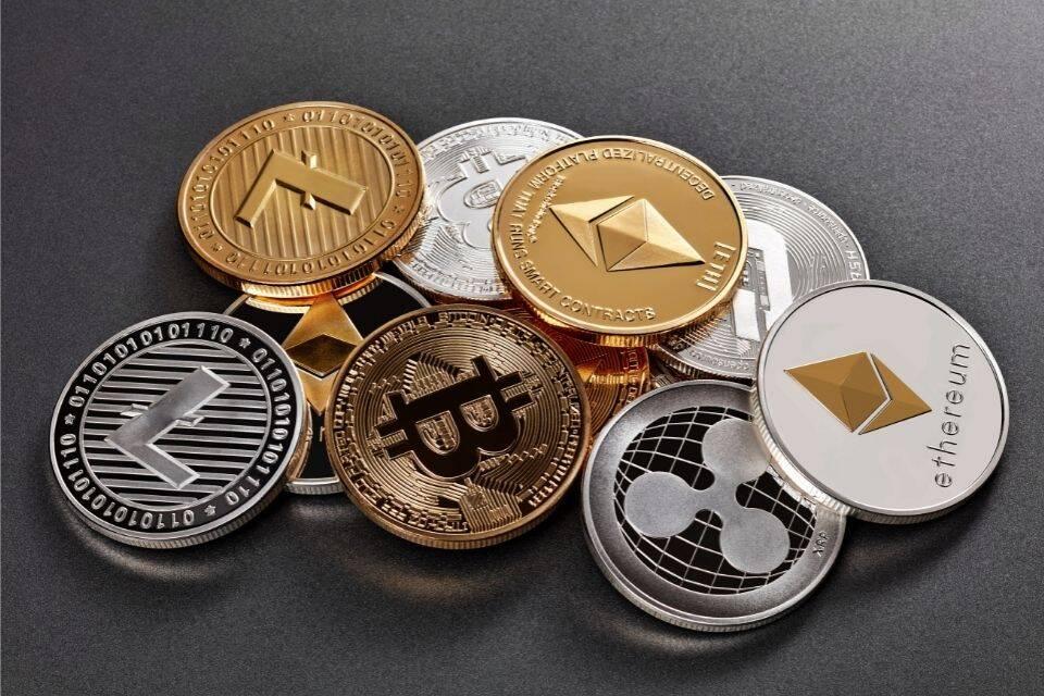 Cripotomoedas representando o tema como ganhar dinheiro com bitcoin