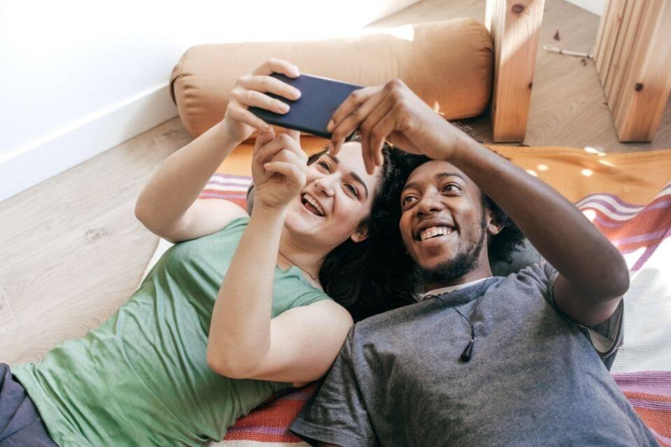 Casal vendo vídeos para ganhar dinheiro