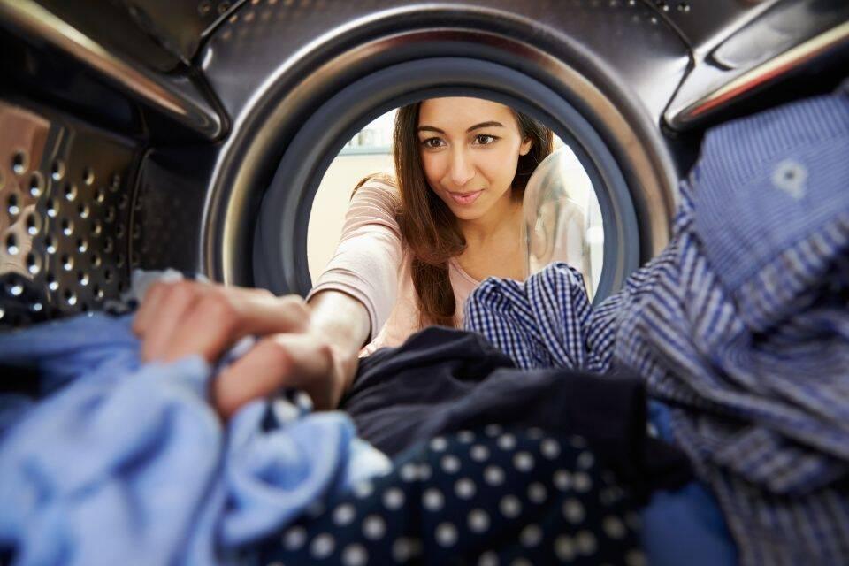 É possível economizar na conta de água lavando roupa com menos frequência