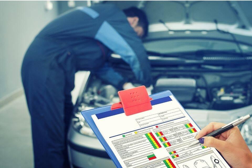 Imagem representando a manutenção de carros elétricos