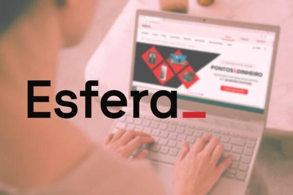 Mulher consultando site da Esfera Santander